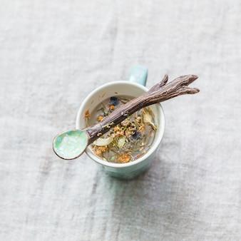 Ervas aromáticas em caneca com colher de pau
