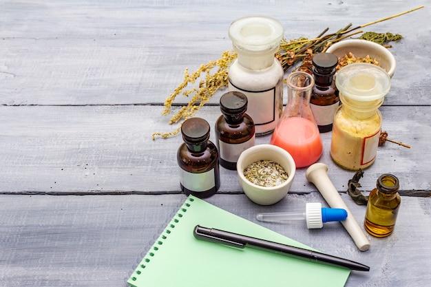 Ervas aromáticas, especiarias e sementes em potes e caderno