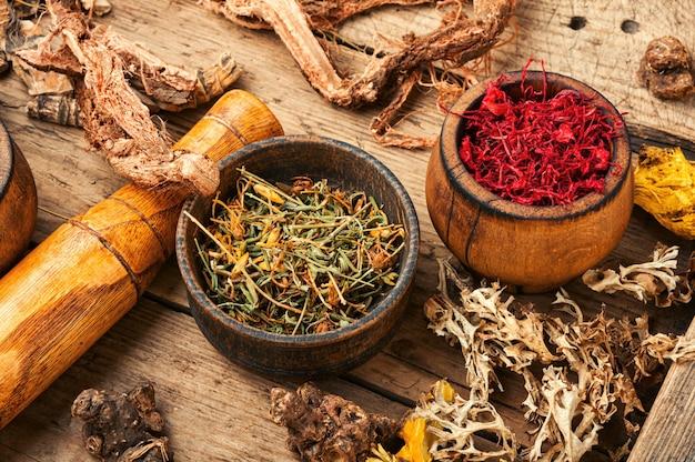 Ervas curativas na mesa de madeira