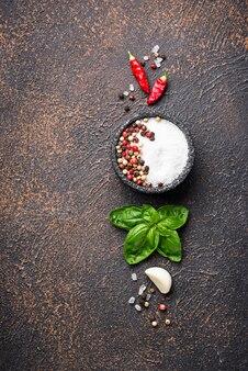 Ervas e especiarias. manjericão, sal e pimenta