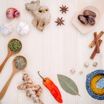 Ervas e especiarias secadas na tabela de madeira com espaço da cópia.