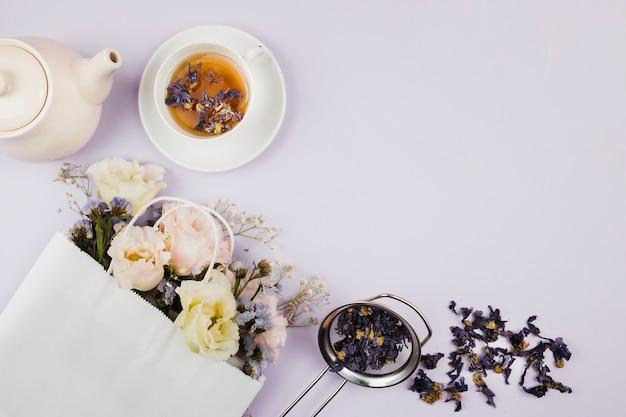 Ervas e flores de chá em postura plana