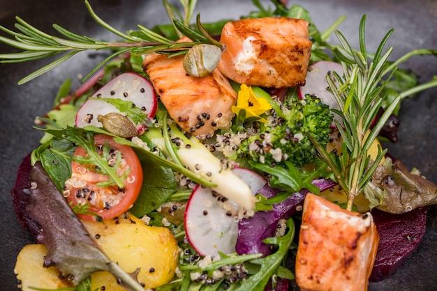Ervas e salmão grelhado close-up