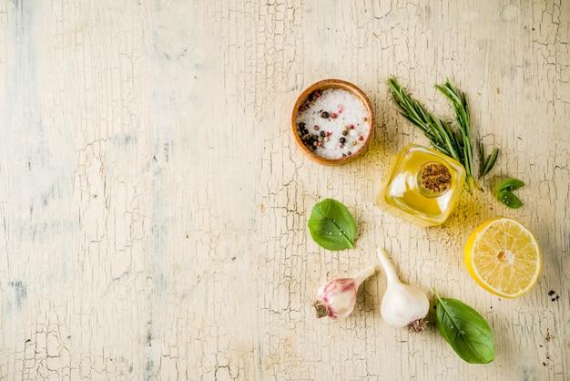 Ervas frescas e especiarias e limão para cozinhar. acima, fundo de alimentos de preparação