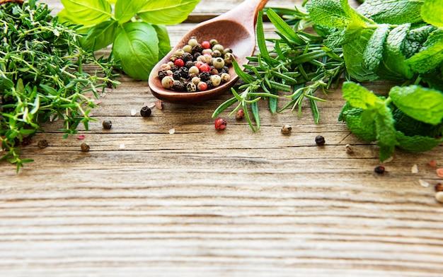 Ervas frescas e especiarias na vista superior da mesa de madeira