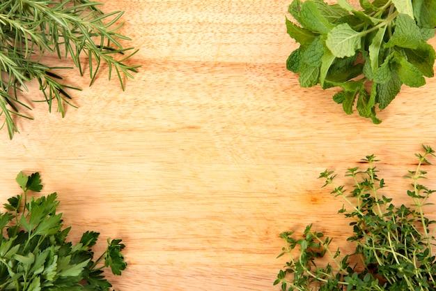 Ervas frescas na placa de corte