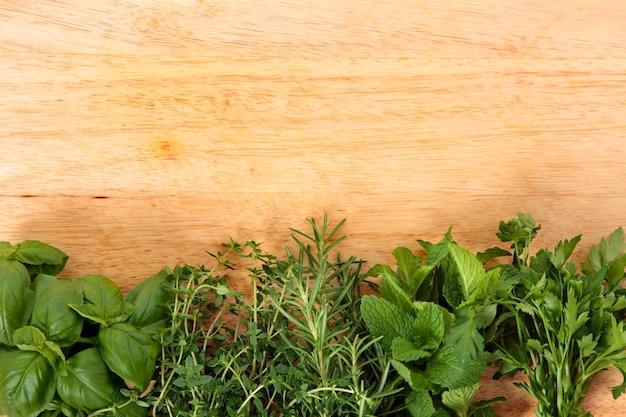 Ervas frescas na placa de madeira