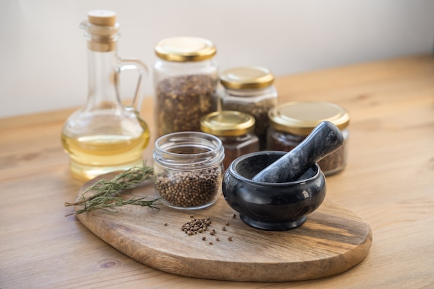 Ervas medicinais, argamassa de ervas medicinais, sachê e frasco de drogas na mesa de madeira. fitoterapia. vista superior, configuração plana.