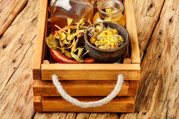 Ervas medicinais e raízes na caixa