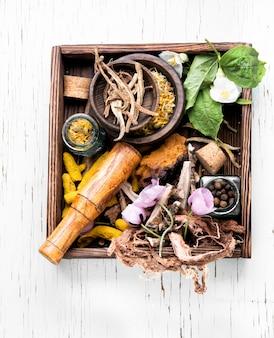 Ervas medicinais em caixa de madeira