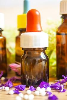 Ervas medicinais, óleos em pequenos frascos homeopatia. seletivo focus.nature