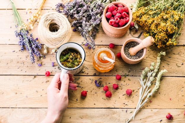 Ervas medicinais secas, chá e framboesas