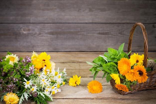 Ervas na mesa de madeira