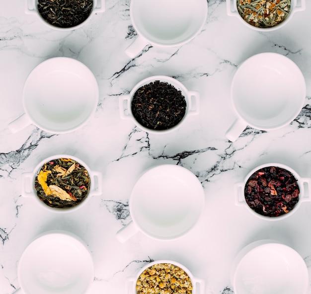 Ervas secas e frutas em pequenos pratos