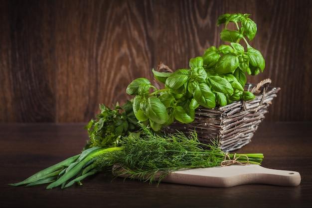Ervas verdes orgânicas frescas na madeira