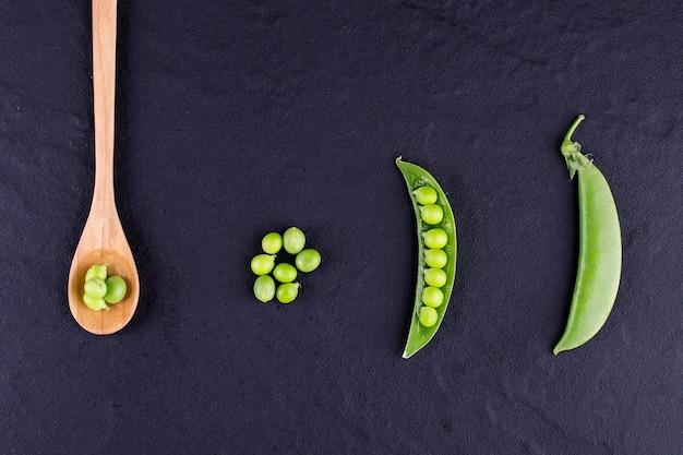 Ervilhas açucaradas com hortelã na mesa