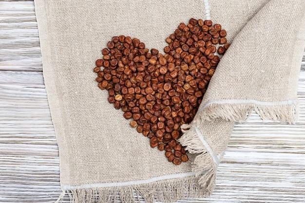 Ervilhas cinzentas espalhadas em forma de coração alimentos sem glúten produto tradicional da letônia