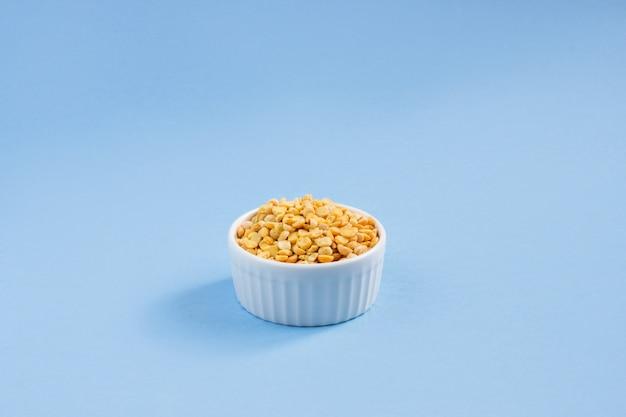 Ervilhas em um prato por cima.