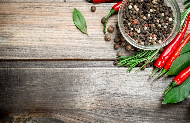 Ervilhas em uma tigela com folhas de louro e pimenta vermelha. em fundo de madeira