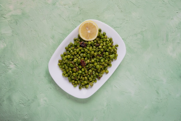 Ervilhas temperadas indianas. enfeite indiano tradicional de ervilhas verdes fritas com especiarias.