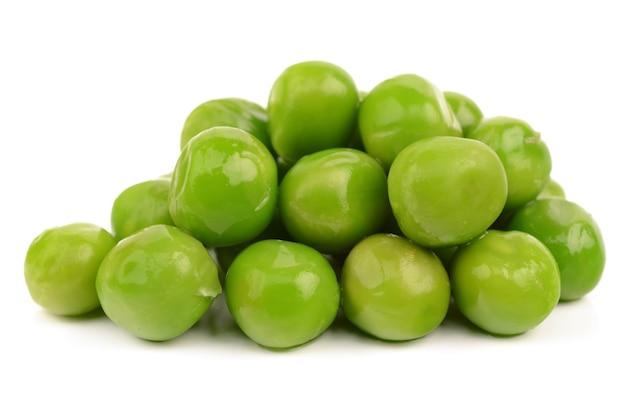 Ervilhas verdes em um fundo branco