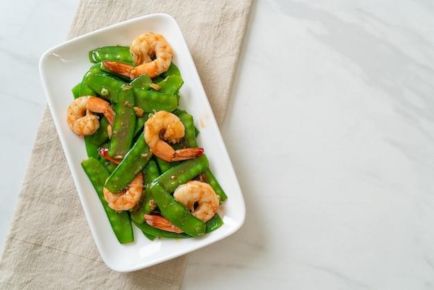 Ervilhas verdes fritas com camarão - comida caseira