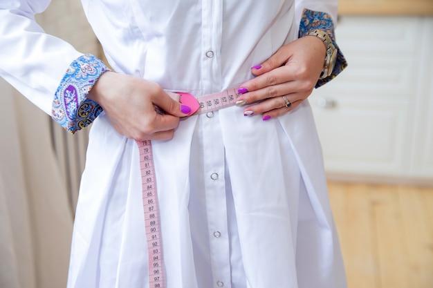 Esbelto, doutor mulher, medidas, dela, cintura