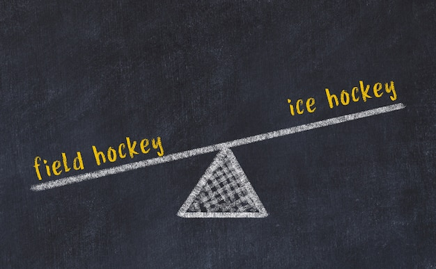 Esboço de quadro de giz de escalas. conceito de equilíbrio entre hóquei em campo e hóquei no gelo