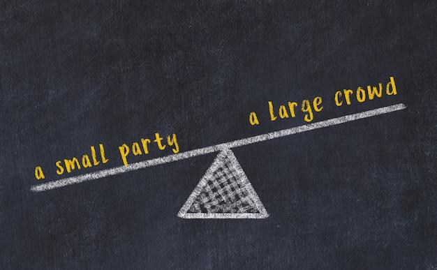 Esboço de quadro de giz de escalas. conceito de equilíbrio entre uma grande multidão e uma pequena festa