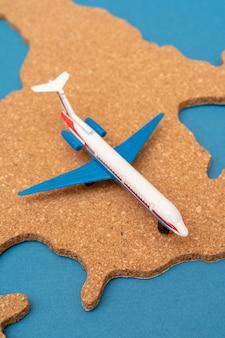 Esboço do continente américa e do avião.