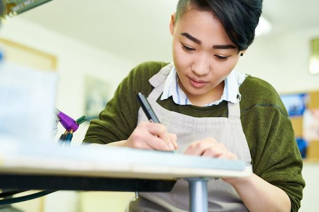 Esboços de desenho de jovem mulher asiática