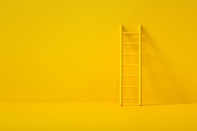 Escada amarela em fundo amarelo