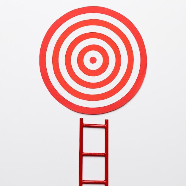 Escada com alvo de dardos