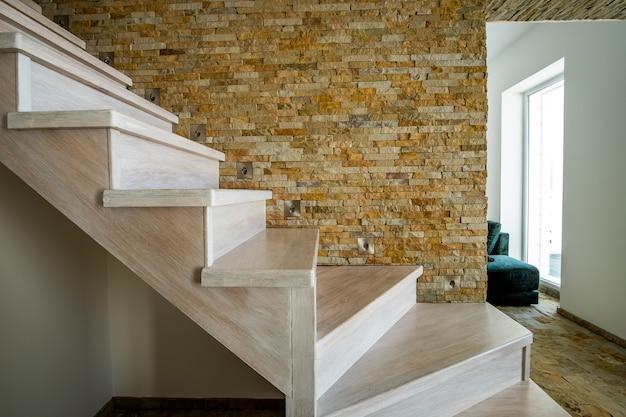 Escada contemporânea de madeira elegante dentro do interior da casa do loft.