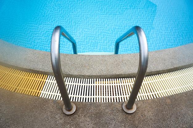 Escada da piscina swimimng chegar até a piscina
