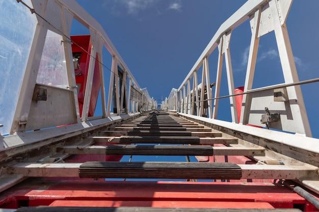 Escada de caminhão de bombeiros levando para o céu.