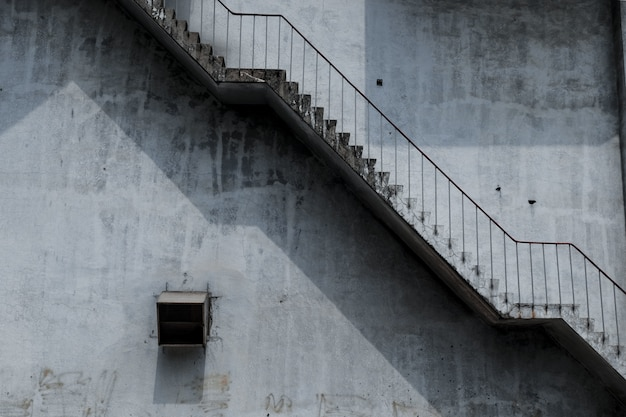 Escada de concreto ao ar livre velha