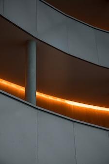 Escada de concreto branca com grades de metal cinza
