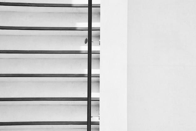 Escada de concreto com sombra na cidade