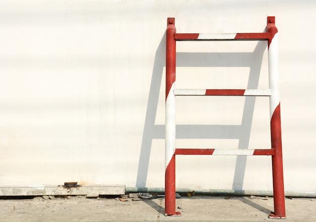 Escada de emergência em metal vermelho e branco