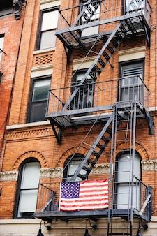 Escada de incêndio com bandeira dos eua