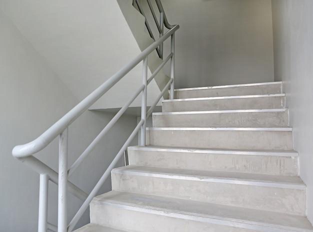 Escada de incêndio de escada em um edifício moderno