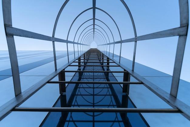 Escada de incêndio do moderno centro de negócios. escada para o conceito de céu.