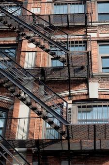 Escada de incêndio exterior em um edifício em boston, massachusetts, eua.