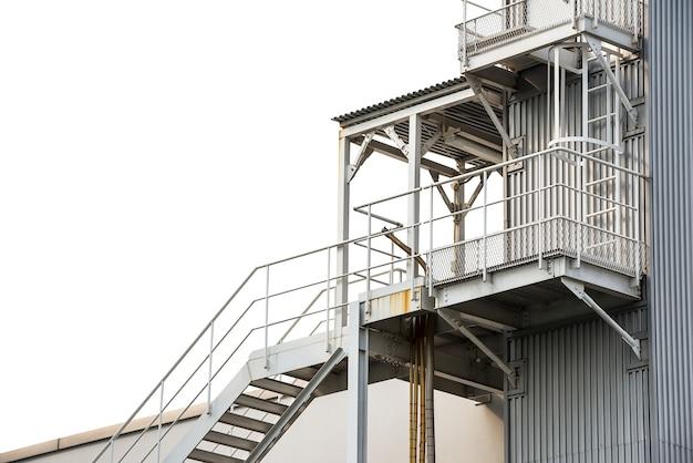 Escada de incêndio isolada no fundo branco com traçado de recorte