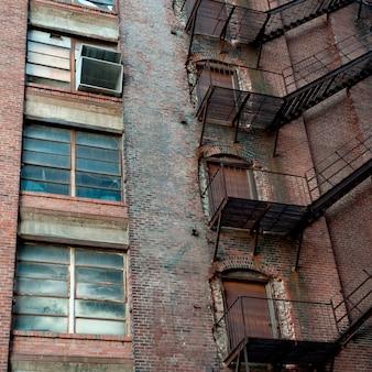 Escada de incêndio na parede exterior em boston, massachusetts, eua