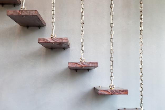 Escada de madeira com correntes de montagem