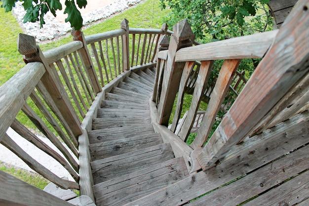 Escada de madeira da casa no topo da árvore