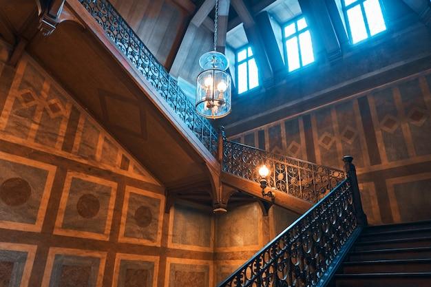 Escada de madeira medieval em um palácio