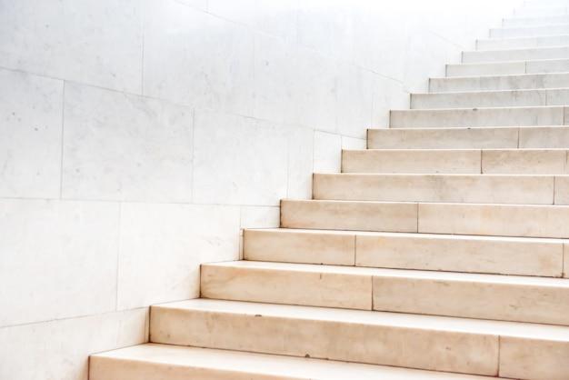 Escada de mármore com escada de pedra no prédio